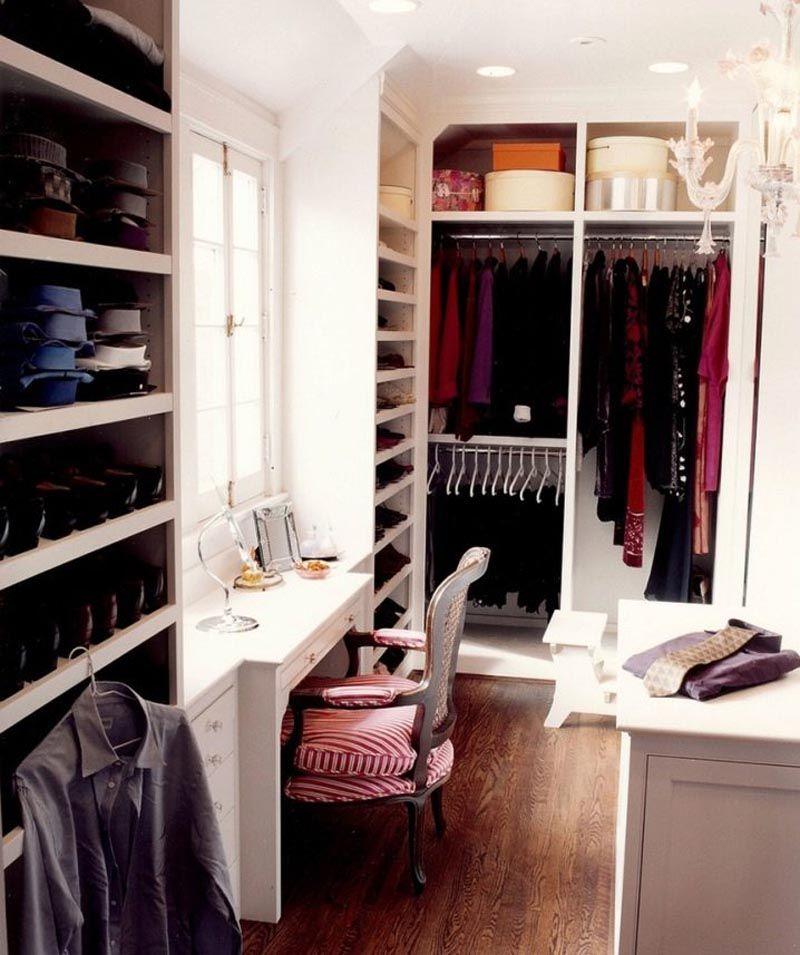 Прямой, Г-образный участок, стол и высокая тумба. Фото гардеробной в комнате демонстрирует преимущества комбинированного использования разных элементов