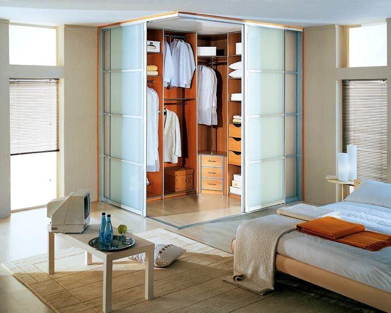 Фото угловой гардеробной в спальне: дизайн соответствует общему стилю