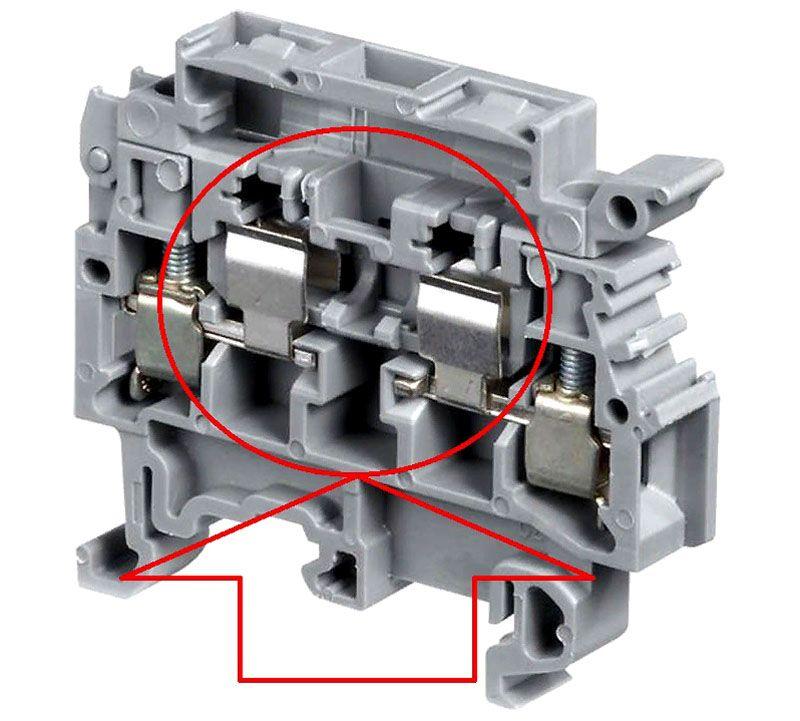 В эти клеммы устанавливают плавкий предохранитель. Он разрывает электрическую цепь при превышении определенной силы тока