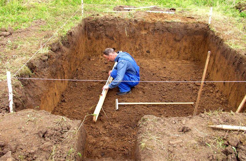 Подготовка котлована под емкость септика с использованием «малых средств механизации» - лопат, это довольно трудоемкий процесс