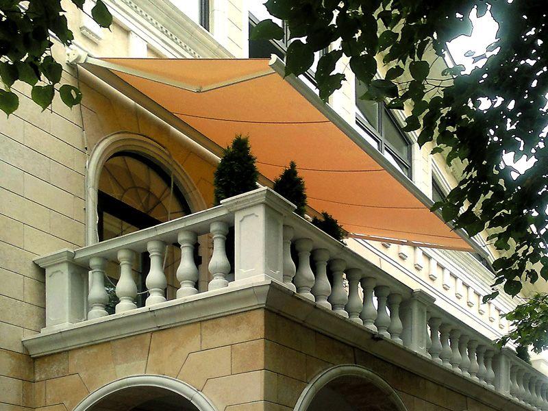 Маркиза над окнами, плотные шторы, тонированное стекло – этими дополнениями можно значительно снизить потребление электроэнергии климатической техникой