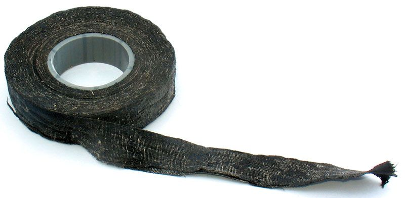 В старой распределительной коробке можно обнаружить скрученные алюминиевые провода, закрытые матерчатой изолентой