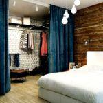 Фото гардеробной за шторой: альтернатива жесткой перегородке с дверями