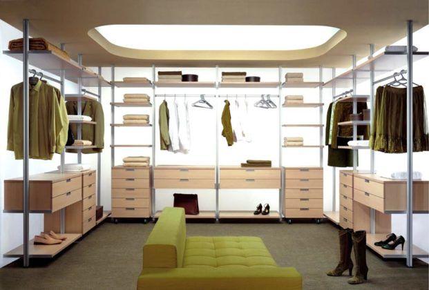 При большой высоте стен можно установить многоуровневый «парящий» потолок с подсветкой