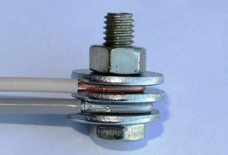 При установке между ними токопроводящей перемычки из стали негативные воздействия гальванической пары будут устранены