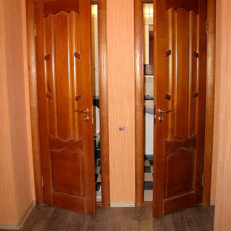 В ванной и туалете двери устанавливаются в первую очередь