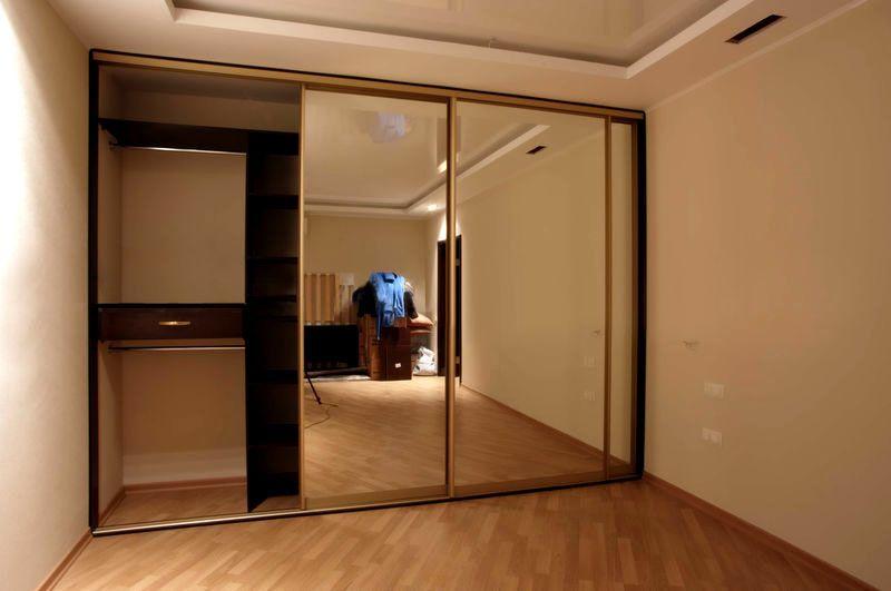 Встроенный шкаф, где в качестве короба используются стены, пол и потолок ниши