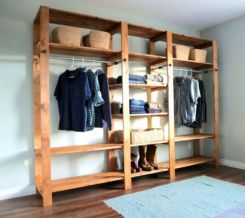 Гардеробная для хранения вещей собранная из дерева, довольно функциональна, но по стилю подойдет скорее дачному домику, чем городской квартире