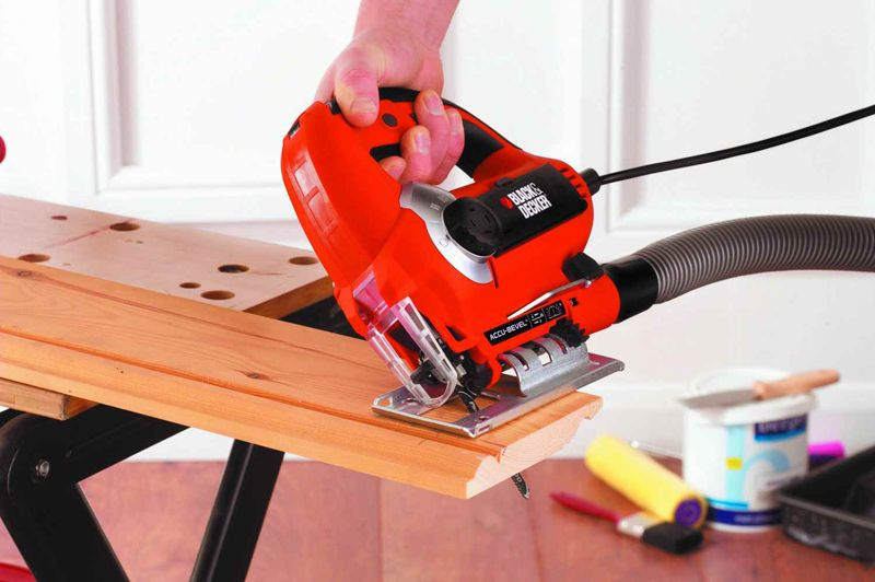 Специальный механизм позволяет изменить положение подошвы для распила под углом