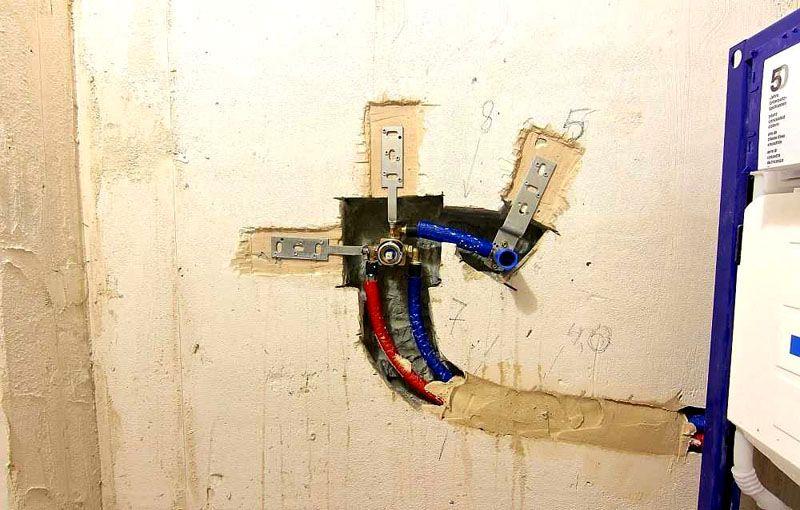 Способ крепления смесителя в нише на стене