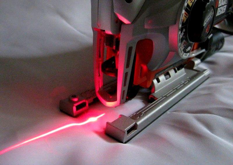 Лазерный указатель «рисует» прямую линию даже на неровных поверхностях