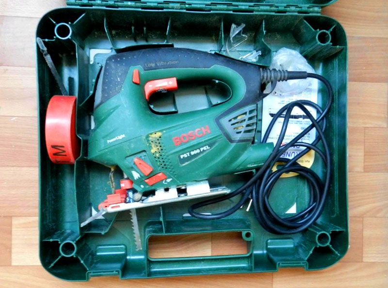 Для переноски и хранения электролобзика Bosch PST 900 PEL вместе с насадками и дополнительными приспособлениями производитель предлагает удобный пластиковый кейс