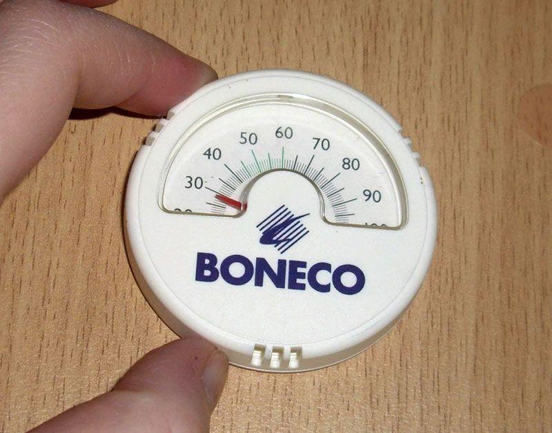 Не сложно найти подходящее место для монтажа компактного комнатного гигрометра Boneco/ 7057