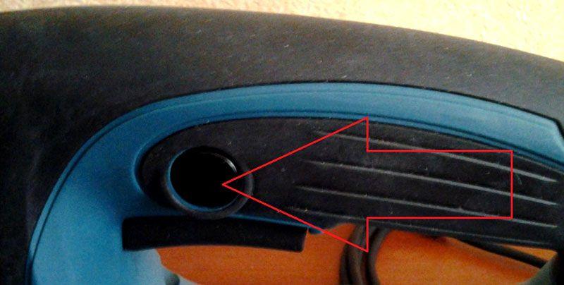 С помощью кнопки с блокировкой включают долговременный режим работы электрического лобзика