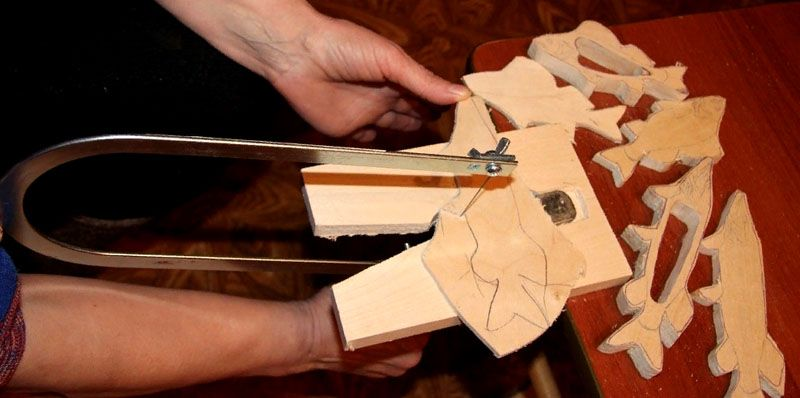 С применением ручного инструмента создают сложные по форме изделия
