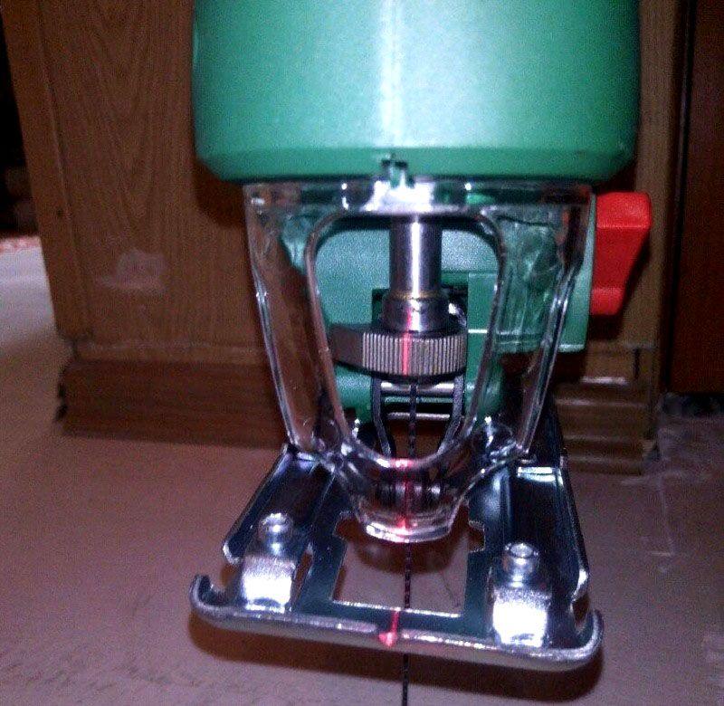 Лазерный указатель поможет сделать ровный разрез без дополнительных приспособлений и специальной разметки