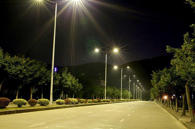 Освещение улицы при помощи LED-прожекторов гораздо эффективнее