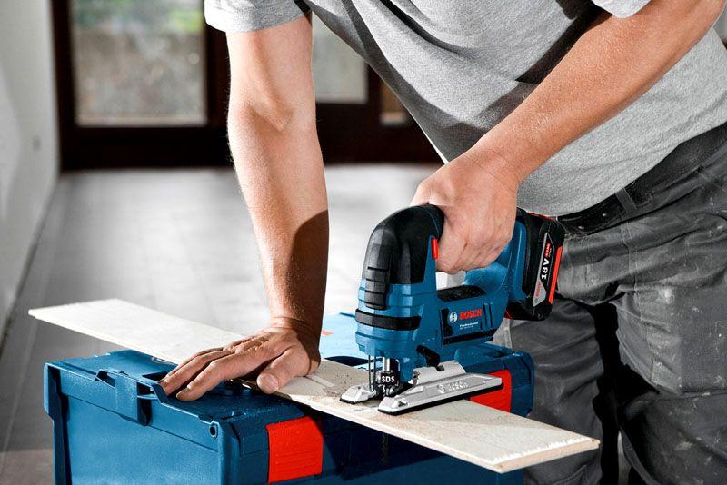 Для расширения потенциальных возможностей в оснащение мастерской включают электролобзики двух видов (аккумуляторный и с питанием от сети)
