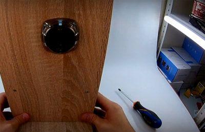 Что собой представляет видеоглазок для входной двери: принцип работы, модельный ряд, способ установки и цены