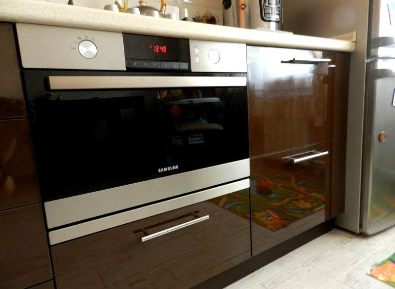Встроенный духовой шкаф с микроволновкой в интерьере кухни