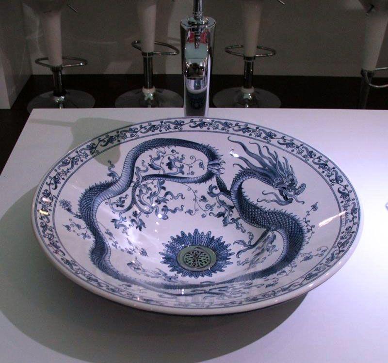 Чаша из фарфора оформлена в восточном стиле