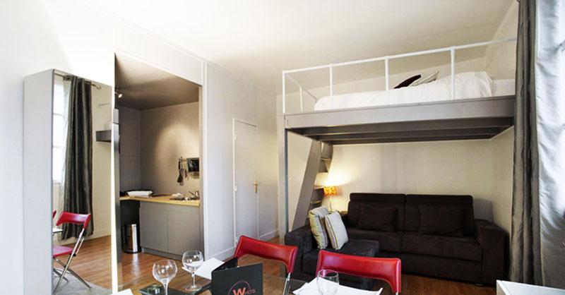 Кровать, поднятая почти под потолок, – ещё один хороший вариант сэкономить свободное пространство