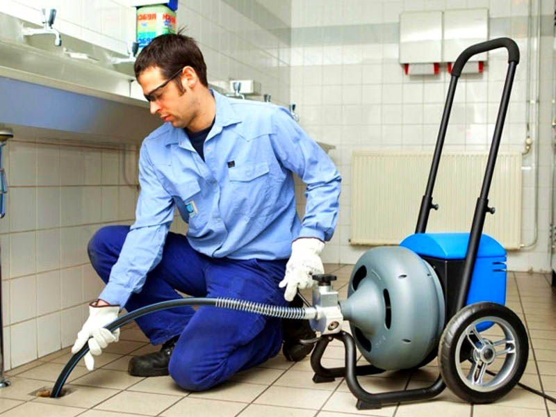 Очистка системы канализации с помощью стационарной очистительной аппаратуры