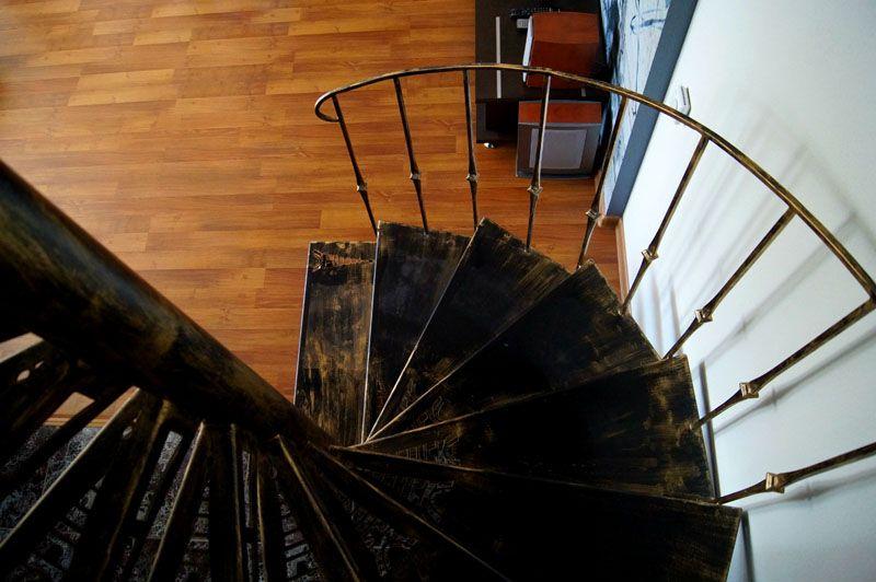 Сборка компактной металлической лестницы с установкой ступенек