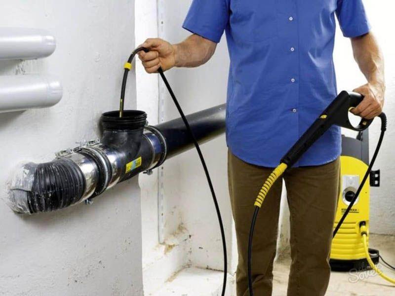 Чистка канализации приспособлением в резиновой защитной оплётке