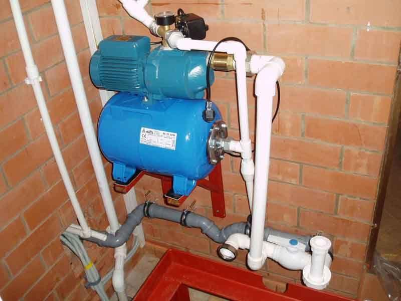 Насосная установка в комплекте: гидробак и насос на одной станине