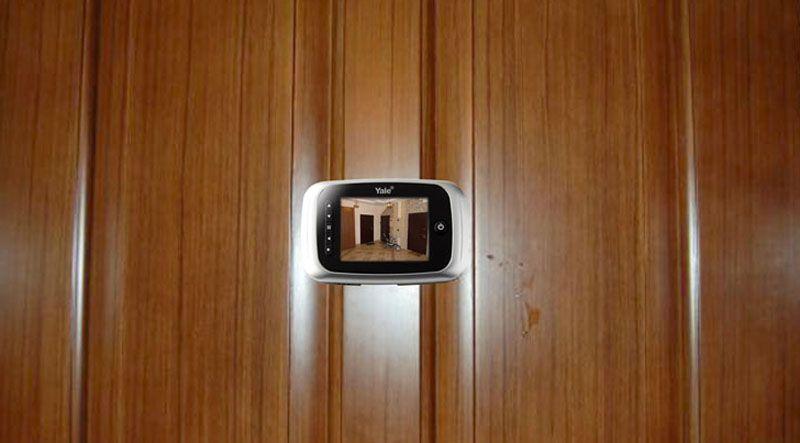 Внутренний блок с монитором на внутренней плоскости дверного полотна