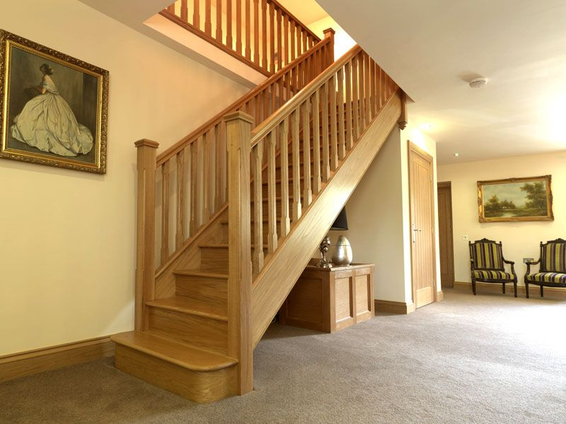 Деревянная лестница прямого типа на тетивах
