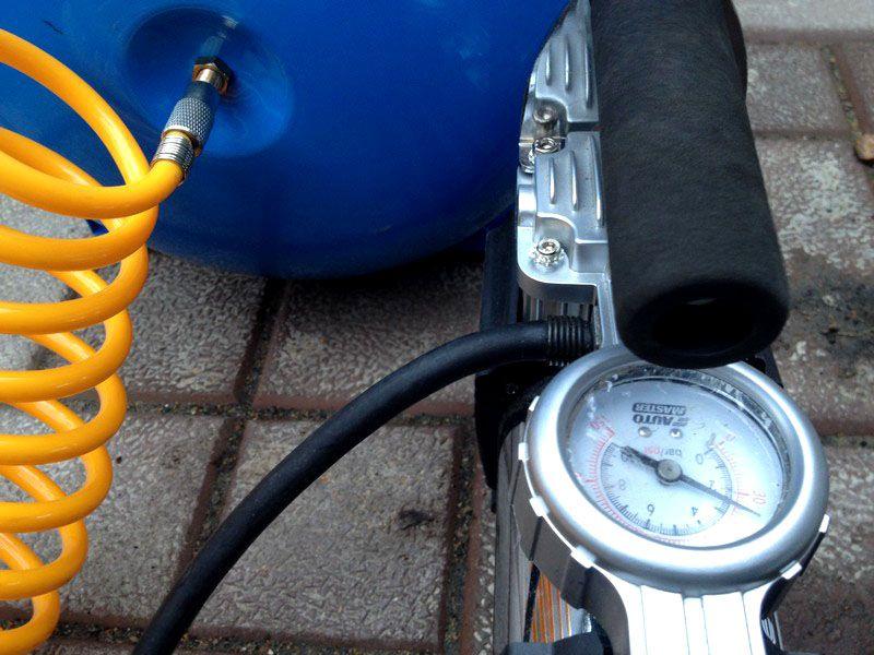 Закачка воздуха в гидробак с помощью автомобильного насоса