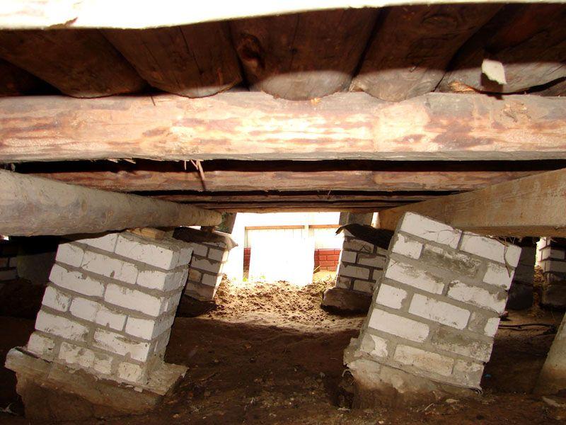 В этом примере покосившиеся столбы не смогли выдержать деревянный сруб, так как отсутствуют ростверки