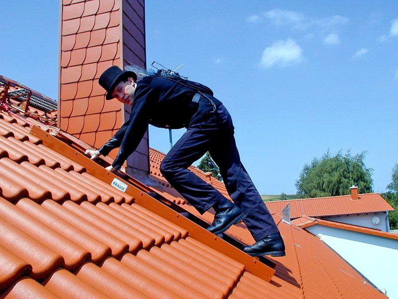 Не забывайте, что от печи идет дымоход, и он должен быть выше конька крыши. Так что правильнее будет разместить камин не в крайней комнате, а в центральной, так труба на крыше будет лучше выглядеть