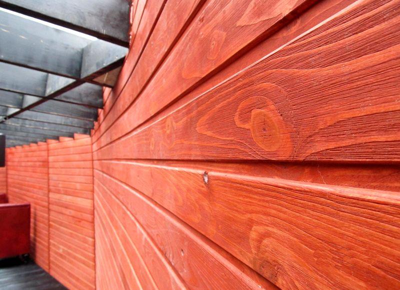Самый дорогостоящий материал – вагонка из красного дерева. Такую отделку могут позволить себе только очень состоятельные владельцы загородных фазенд