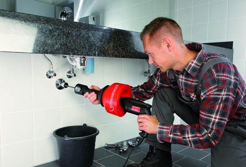 Как надо пользоваться устройством для прочистки труб с электрическим приводом