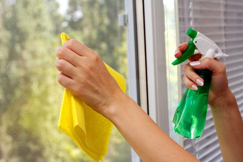 Если у вас частный дом, ухаживать за пластиковыми откосами – одно удовольствие. Протёр мягкой тряпкой – и дело сделано