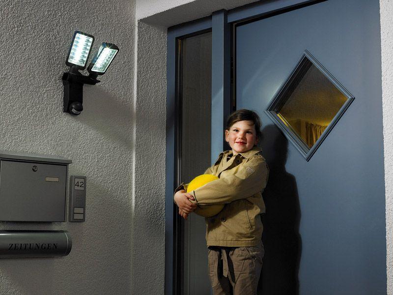 Светильники с датчиками движения актуальны для подъездов