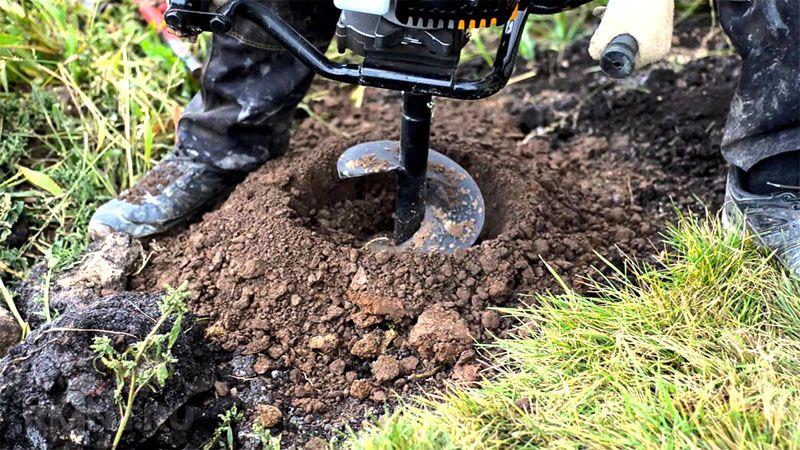 Используя бур и прут, можно узнать уровень грунтовых вод