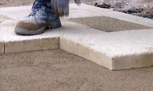 Облагораживаем территорию около дома, или Как правильно уложить тротуарную плитку своими руками