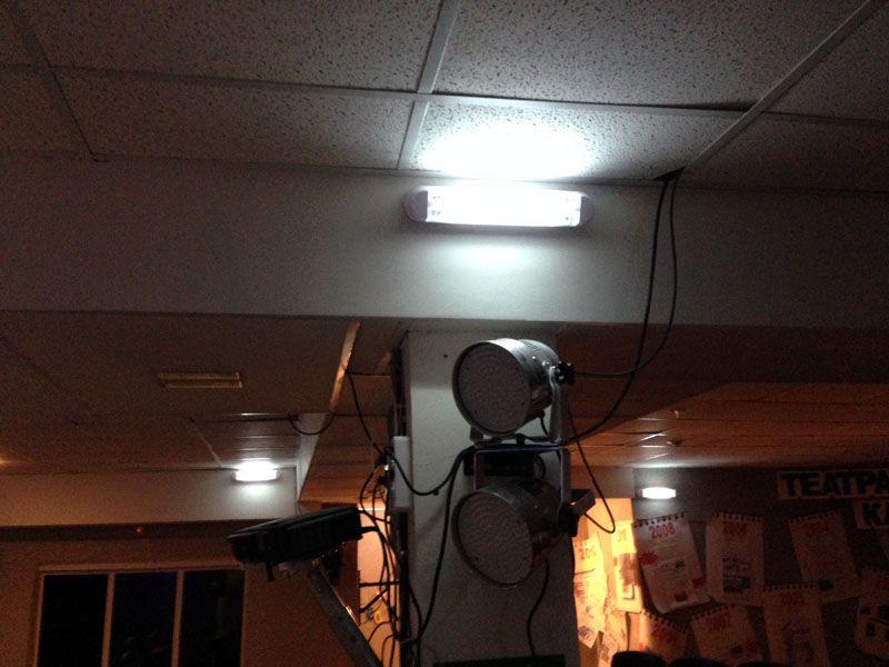 Аварийное освещение включается при отсутствии основного