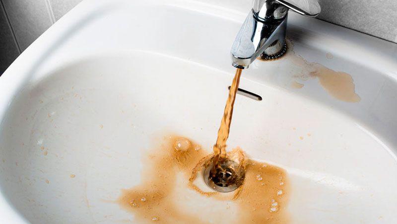 Вода ржавого цвета – первый признак избыточного содержания железа в воде