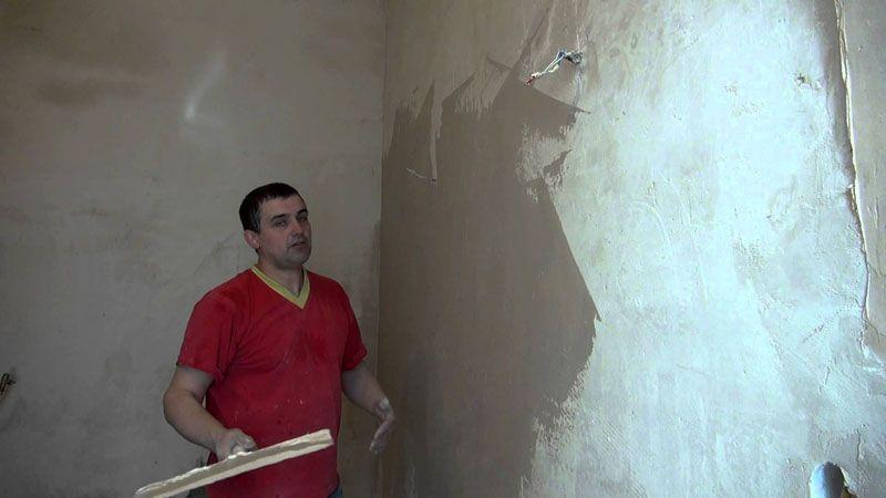 Перед поклейкой обоев рекомендуется выровнять стены и заделать все дефекты