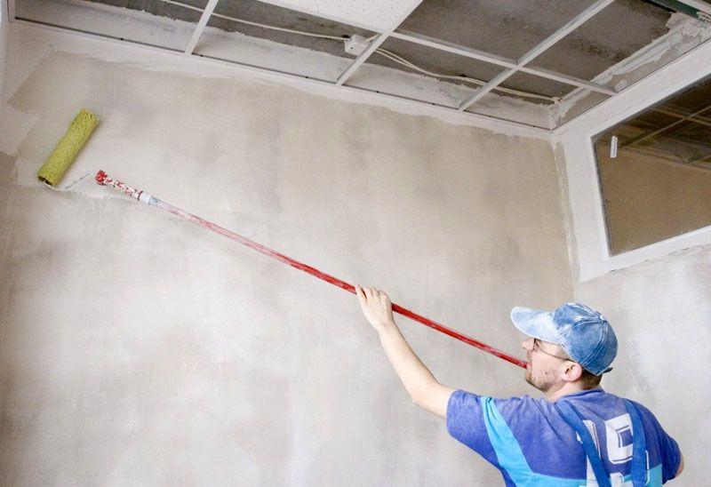 Грунтовка стен обеспечивает лучшую сцепку обоев с поверхностью стены