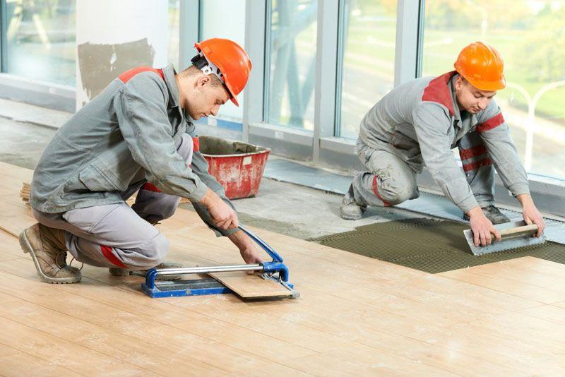 Укладка напольного покрытия – один из завершающих этапов ремонта в квартире