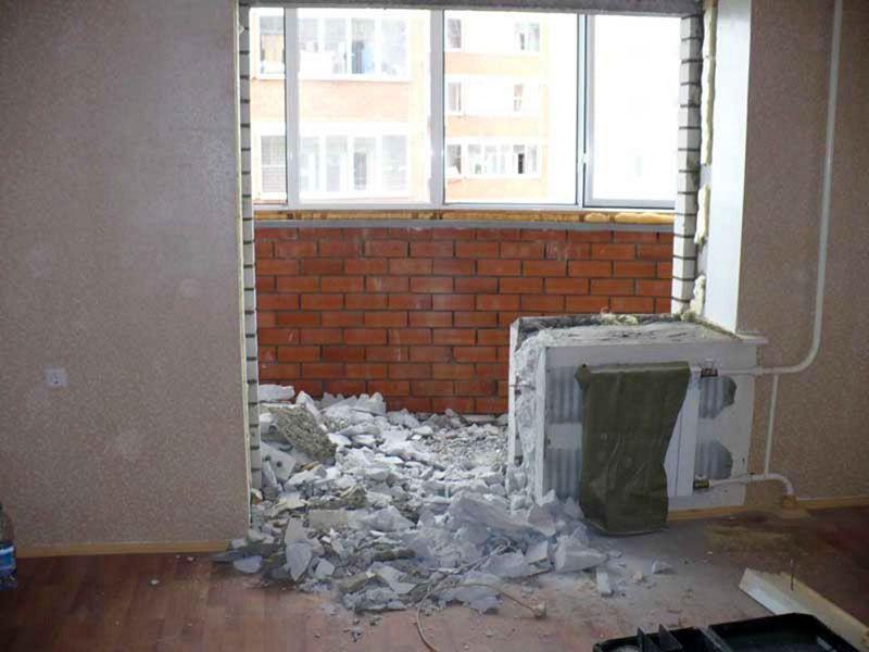 Демонтаж дешёвого и малоэффективного окна и балконной двери