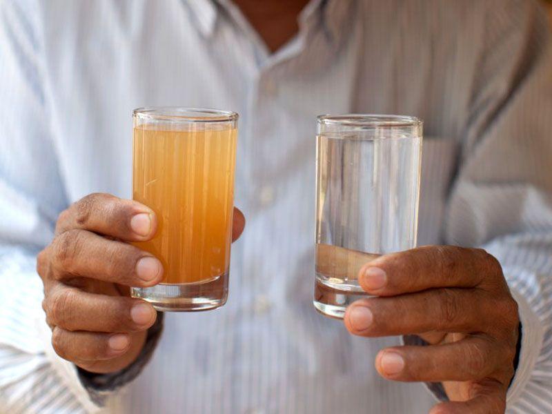 Чистая и сильно загрязнённая железом вода