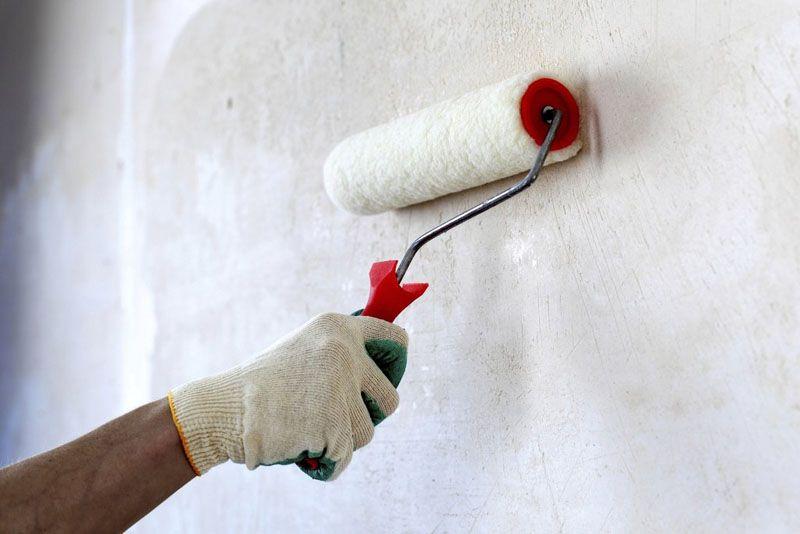 Грунтовка обеспечивает более качественное сцепление отделочного материала с поверхностью стены, пола или потолка
