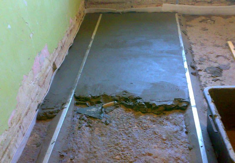 Выравнивание пола по маякам с помощью песчано-цементного раствора